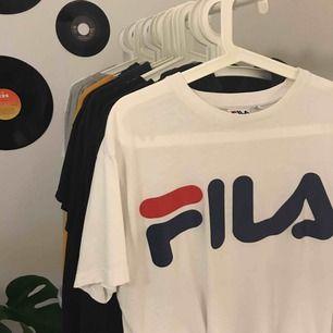 Säljer denna snygga FILA t-shirt, köpt här på plick, säljer pga använder inte längre, väldigt bra kvalite, köpare står för frakt :)
