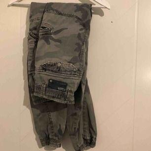 Camo cargo byxor i storlek S.  Säljer pga för stora. Har ett hål i ena fickan och saknar snöre men jag brukar använda skärp ist!