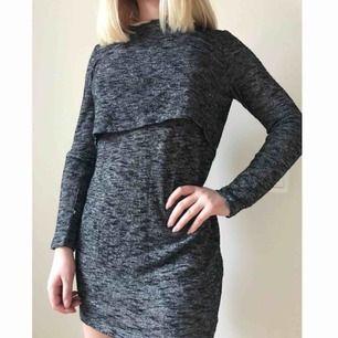 Gråmelerad klänning i storlek 34, fin öppning i ryggen och nästan aldrig använd (jättebra skick)