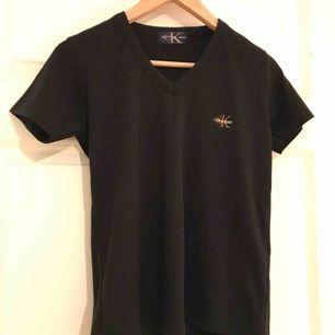 En svart Calvin Klein tröja. Djur och rökfritt hem. Frakten ingår i priset 💛
