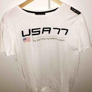 Säljer en Sail Racing t-shirt strl L, passar både M och S! bra skick utan skador