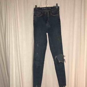 Riktiga snygga Jeans från Cubus som sitter som en smäck. Väldigt stretchiga men passar mig som vanligtvis är en 26:a.  Du betalar frakt👍🏼