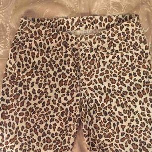 Leopardmönstrade manchesterbyxor. Hur sköna som helst, mjukt tyg. Passform super skinny. Möter upp eller skickar (mot frakt)