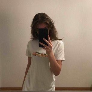 "En vit t-shirt med fint print ""heaven was boring"""