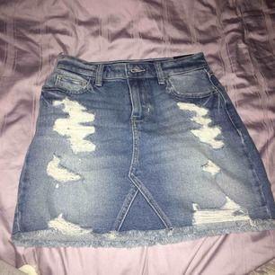 Oandvänd kjol från Hollister med storleken w24. Säljer för att den inte passar mig💕