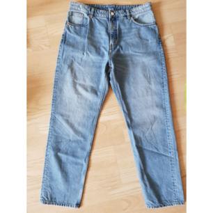 Helt nya croppade höga jeans från Monki.