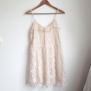Oanvänd gammelrosa klänning i spets. Dragkedja i sidan. Pris kan diskuteras då den ändå har några år på nacken (: