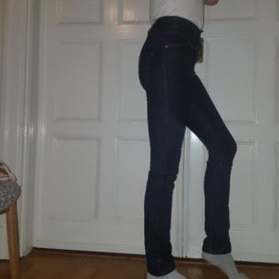 Helt nya, supersnygga jeans från Filippa K  som enbart är testade. Höga i midjan och säljes då jag redan har ett likadant par. (Orginalpris 1000 kr) köparen står för frakt