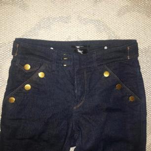 Helt nya, supersnygga jeans från Filippa K . enbart testade. Höga i midjan och säljes eftersom jag redan har ett likadant par. (Orginalpris1050 kr) köparen står för frakt