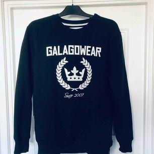 """Svart sweatshirt från Galagowear, endast använd en gång på nyår. Då detta är en """"herrtröja"""" är storlek M som en L på mig (alltså väldigt stor) Frakt ingår i priset.  Nypris cirka 700:-"""