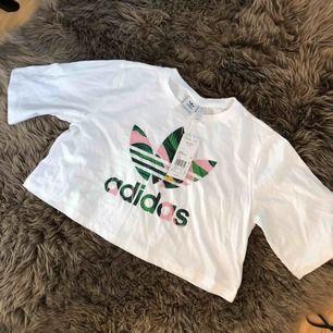 Kortärmad magtröja från Adidas i stl. XS. Aldrig använd. 150kr!