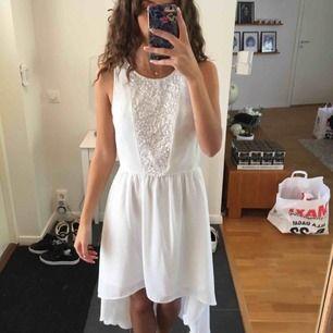 Vit klänning som är använd en gång, mycket fint skick, lite längre där bak