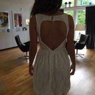 Vit klänning med hjärtform i ryggen, jättefint skick, använd en gång, står att den är storlek 8 och vet inte riktigt vad som menas men den passar mig som är XS/S