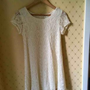 En fin vit spetsklänning från Monki i mycket gott skick.