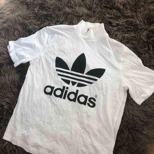 Adidas Trefoil t-shirt med hög krage & dragkedja i nacken. Stl XS, 100:-!