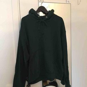 mörkgrön mysig hoodie från weekday! köpt förra vintern, endast använd ett par ggr, perfekt skick! pris kan diskuteras!