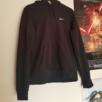 Nike hoodie svart. Använt skick men inte sliten. Köpareb står för frakt.