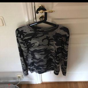 En jätte fin tröja från madlady som hör till ett mjukissätt! Köparen står för frakten eller mötas upp i nordstan/gbg!😁