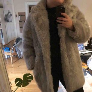 Faux fur-jacka från Junkyard, använt skick, fortfarande väldigt fin.