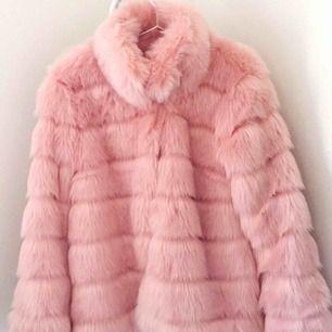 Superfin, mjuk och varm rosa kappa i fuskpäls! Ändast använd till photoshoot. Säljs pga för stor för mig. Frakt tillkommer eller så hämtas varan upp i Nässjö!