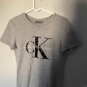 Grå Calvin Klein t-shirt! Sparsamt använd. ✨✨