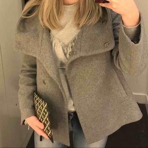 Supersnygg jacka köpt på Zara, väldigt sparsamt använd!