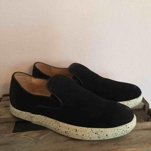 Helt nya skor från märket gram, endast provade. Tror att dessa är från en provkollektion, nypris ca 1300kr. Materialet är någon slags vaxad mocka, och är därmed vattentåliga.