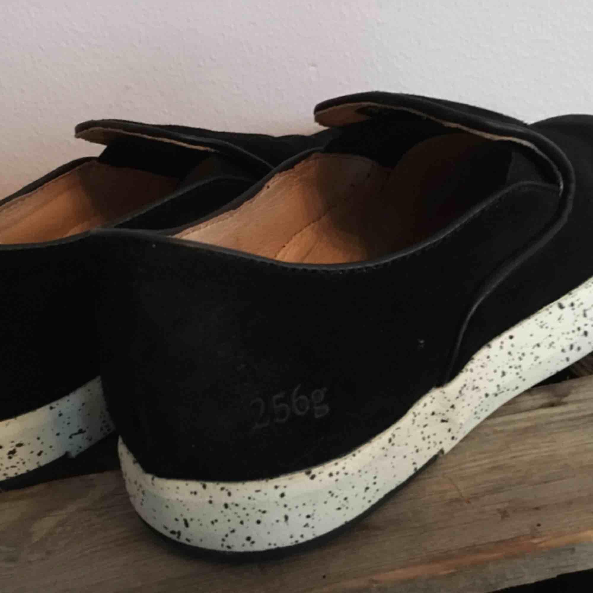 Helt nya skor från märket gram, endast provade. Tror att dessa är från en provkollektion, nypris ca 1300kr. Materialet är någon slags vaxad mocka, och är därmed vattentåliga. . Skor.