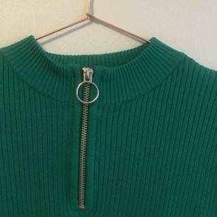 klargrön croptop med dragkedja och liten ståkrage. storlek L men passar även mindre. fint skick!