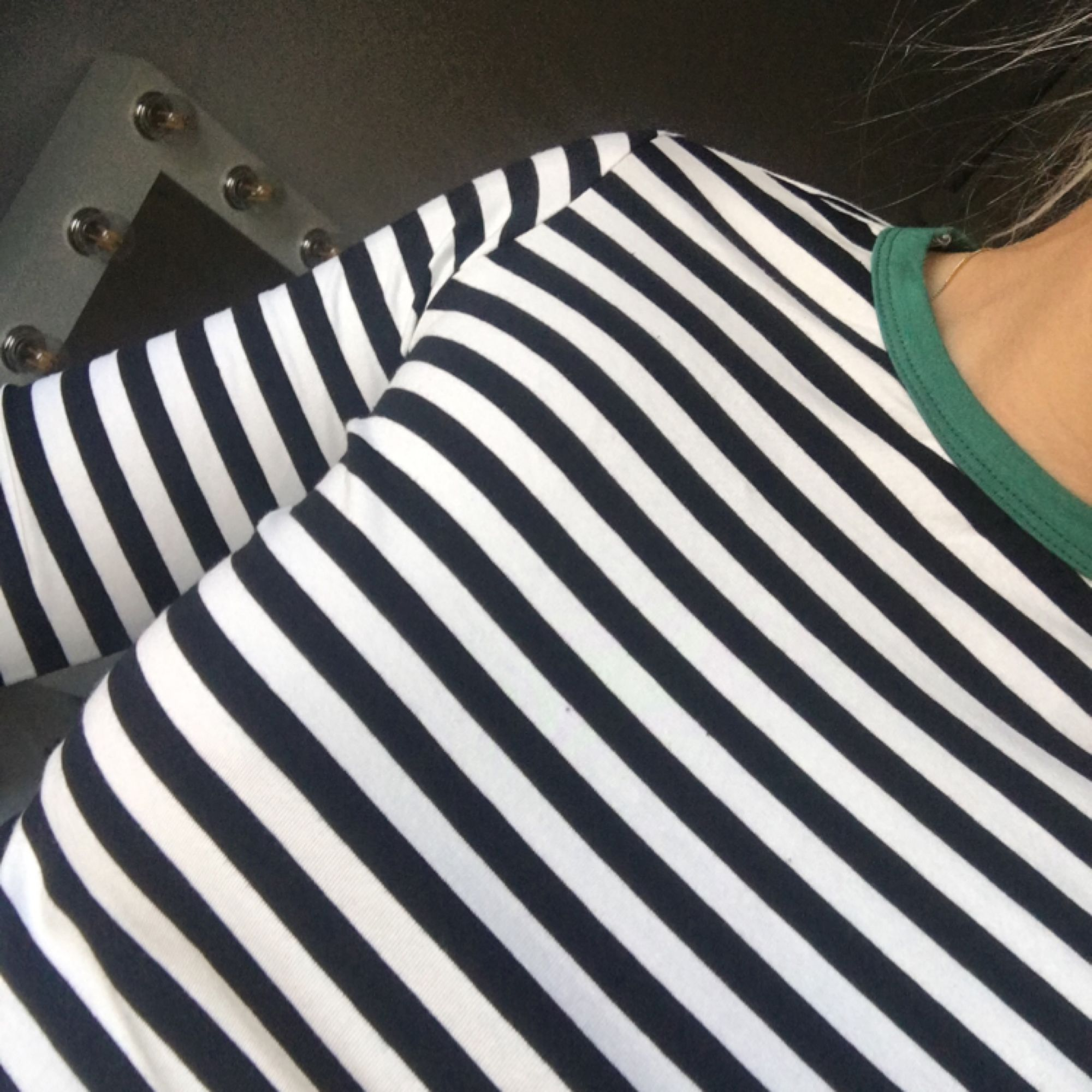 Randig tröja med grön krage. Säljer på grund av att den är för liten för mig:( köparen står för frakt 💗. Tröjor & Koftor.
