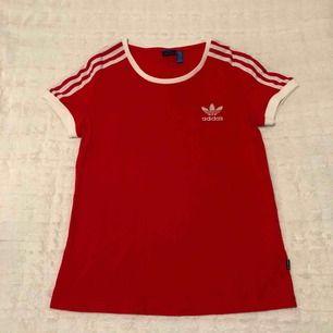 T-shirt från Adidas Originals. Möts upp i Stockholm eller postar, köparen står för frakt.