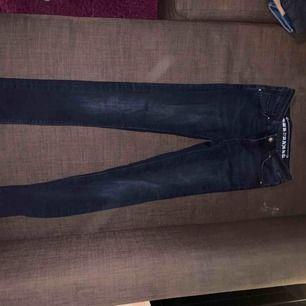 Ett par mörk blå byxor från bikbok knappt använda