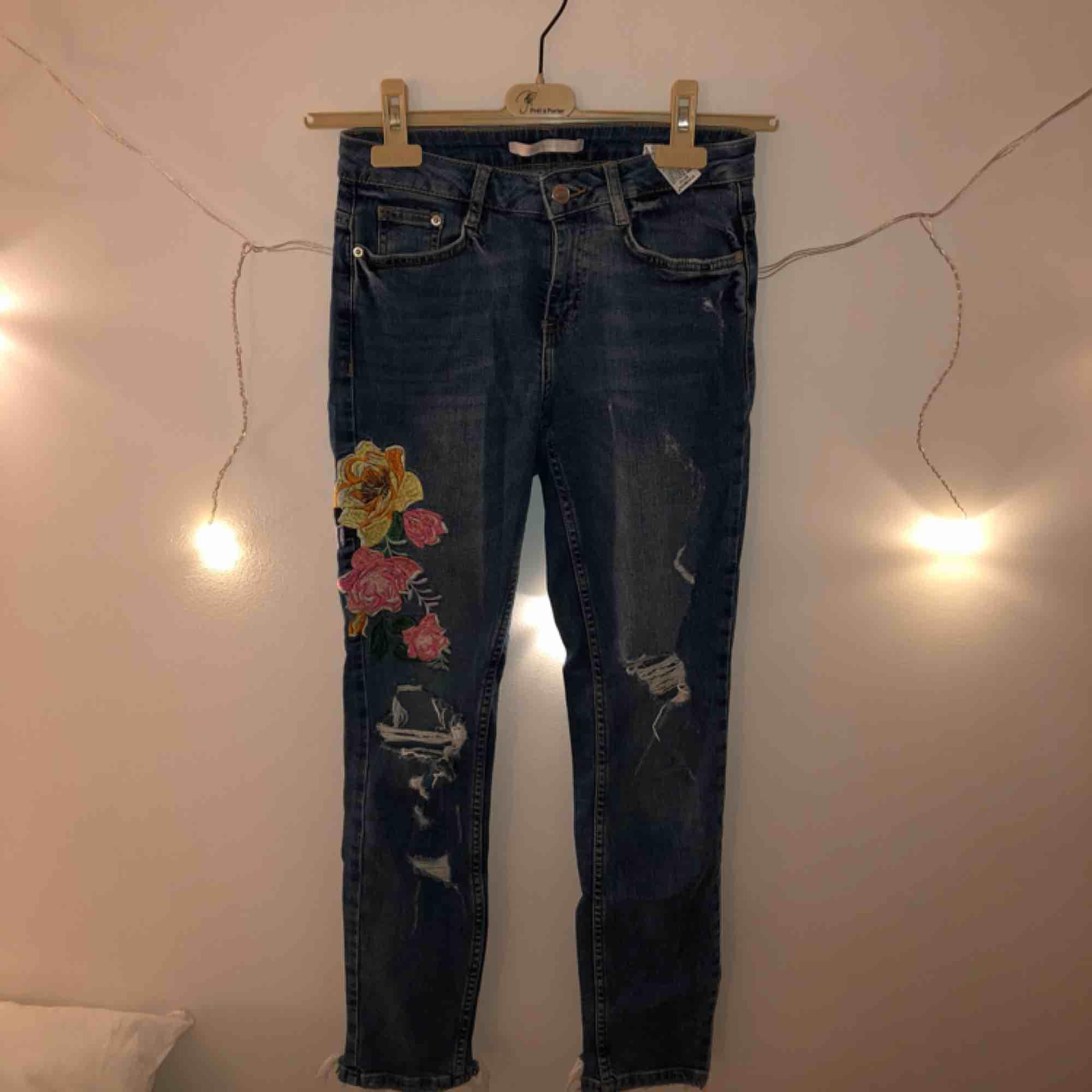 bd671593 Superfina lyse jeans med slidte og broderede blomster. Stramt dumprør, men  lidt kortere ben ...