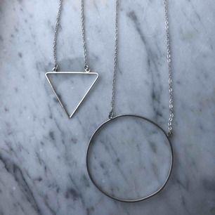 Två fina minimalistiska halsband i olika längd. 40kr för båda halsband inkl frakt eller 20kr styck! Kan också mötas upp i Kalmar. Fint skick, ingen rost, inköpt för kanske ett år sedan(?) men aldrig använda!