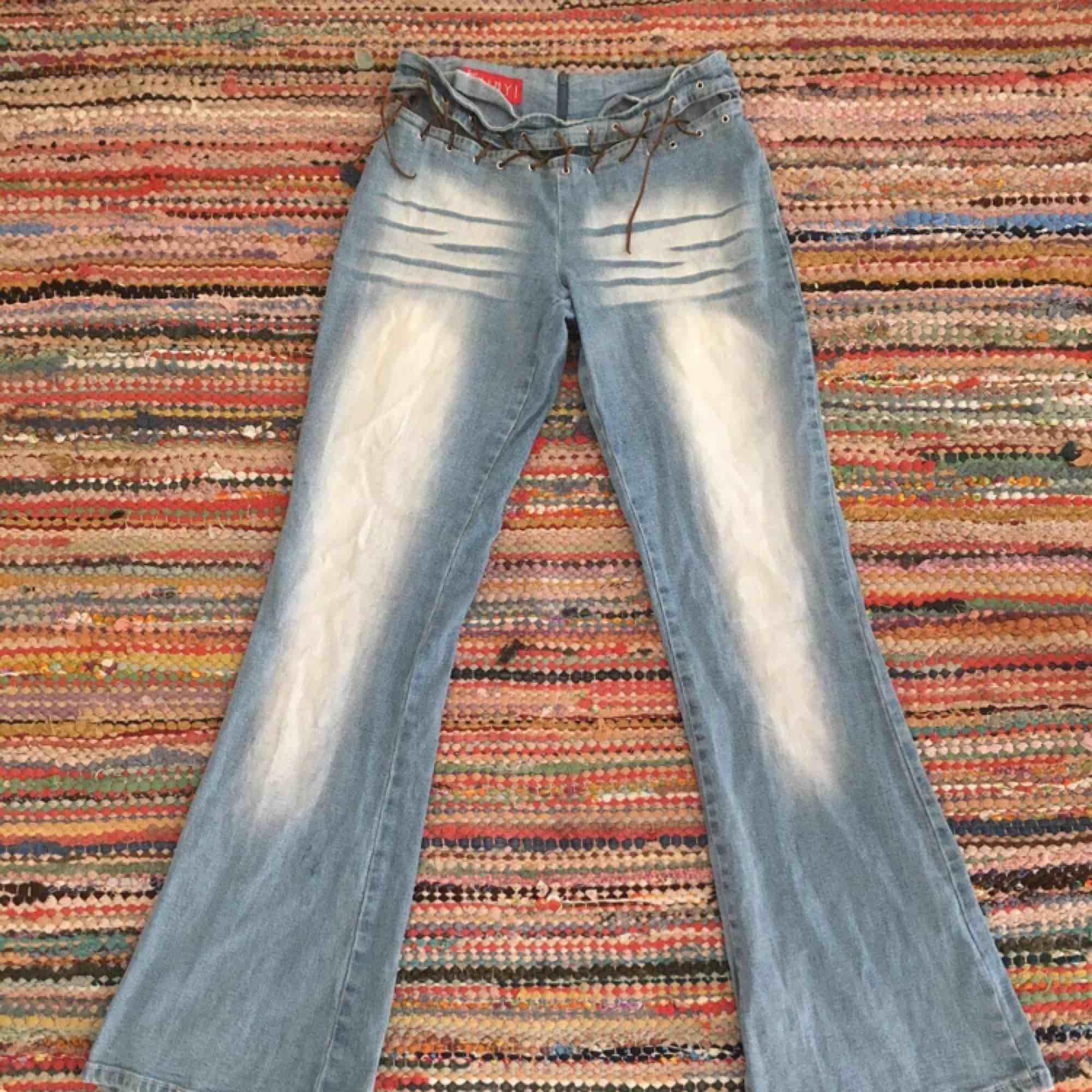 Bootcut jeans med dragkedja bak o läderband fram! Köparen betalar frakt! a9fd6a25b1130