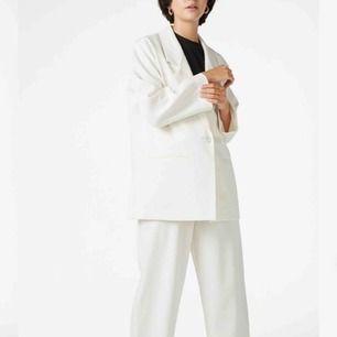 Vit kostym från Monki 200kr för både byxa och kavaj  Storlek small