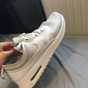 Fräscha Nike air max thea Ultra! Nypris 799kr. Dom är använda men har gjort rent dom så gott de går. Pris kan diskuteras och köparen betalar frakt.✨