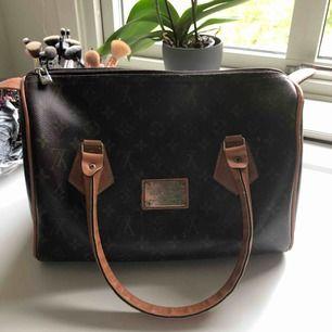 """Väska från """"Louis Vuitton"""".  Typ aldrig använd men väldigt bra kvalité. Känns äkta.  Inga som helst fel på den, bara att själva skylten behöver putsas till lite.   Frakt kommer"""