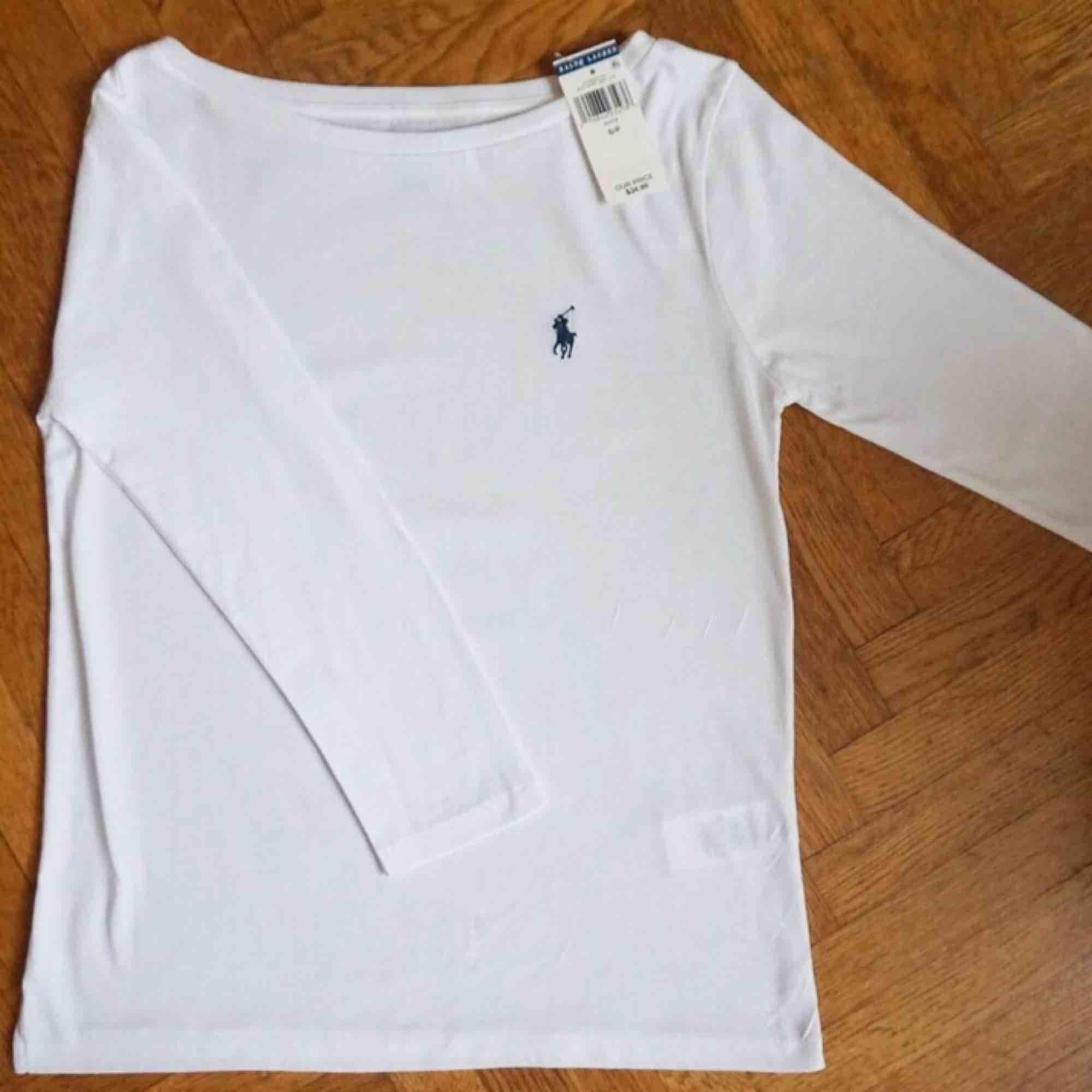 Super fin och klassisk Ralph Lauren trekvarts armar tröja i toppen skick! Köpt i New York, Prislapp kvar på 39$ 🤗. Toppar.