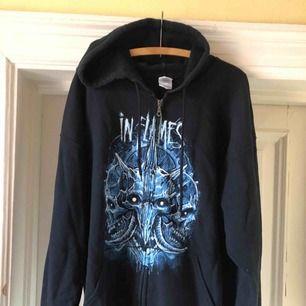 In Flames - Väl använd zip-hoodie med tryck både fram och bak. Fint skick på trycket