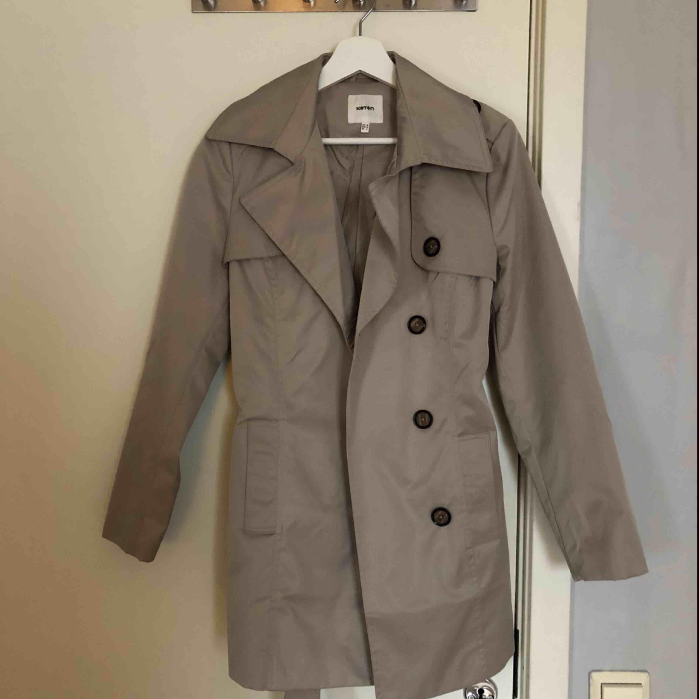 Säljer denna klassiska kappa då den inte passar mig längre. Använd max 2-3 ggr. Köpt från KOTON. Passar 34-36. . Jackor.