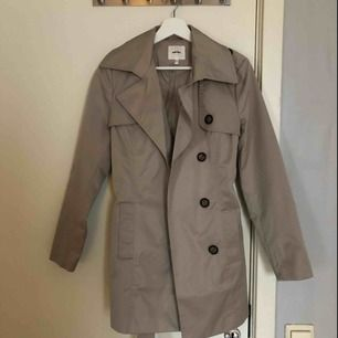 Säljer denna klassiska kappa då den inte passar mig längre. Använd max 2-3 ggr. Köpt från KOTON. Passar 34-36.