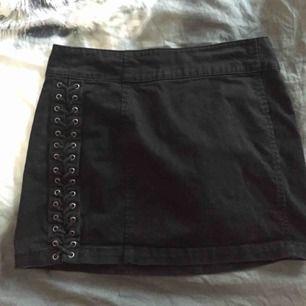 highwaisted kjol med knyt på sidorna, frakten ingår i priset 🌸
