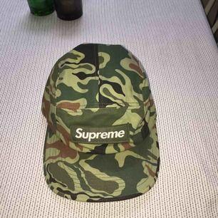 Säljer en äkta supreme camp cap i camoflage. Endast använd fåtal gånger och är i mycket bra skick
