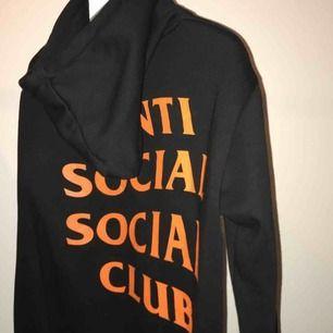 Anti Social Social Club x Undefeated hoddie!  💗 condition 10/10 💗liten i storleken! 💗sällsynt modell 💗köpt i somras har tyvärr inte kvitto