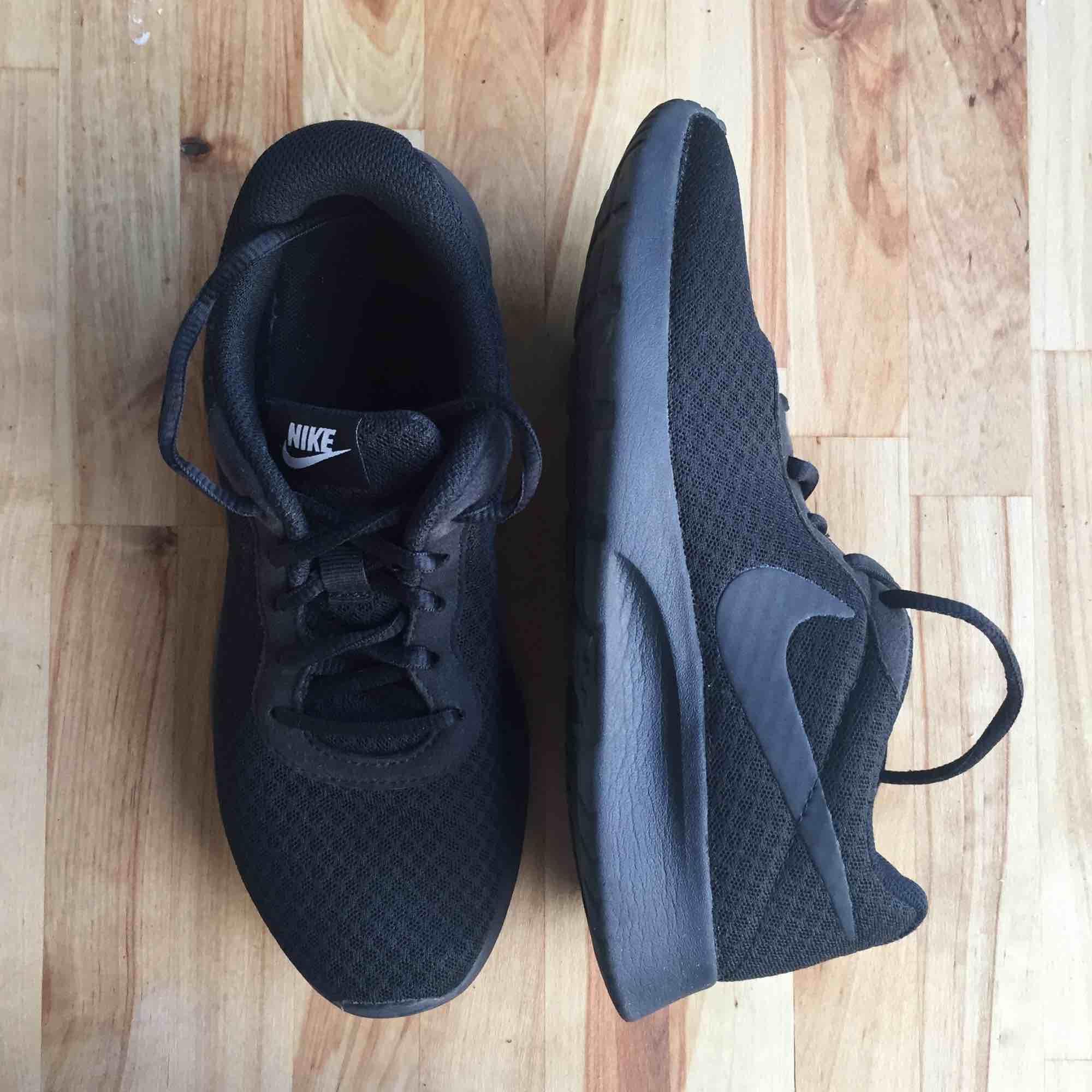 b63c7319804 Knappt använda Svarta skor från Nike. Sköna! Storlek 38. 24 cm innermått.