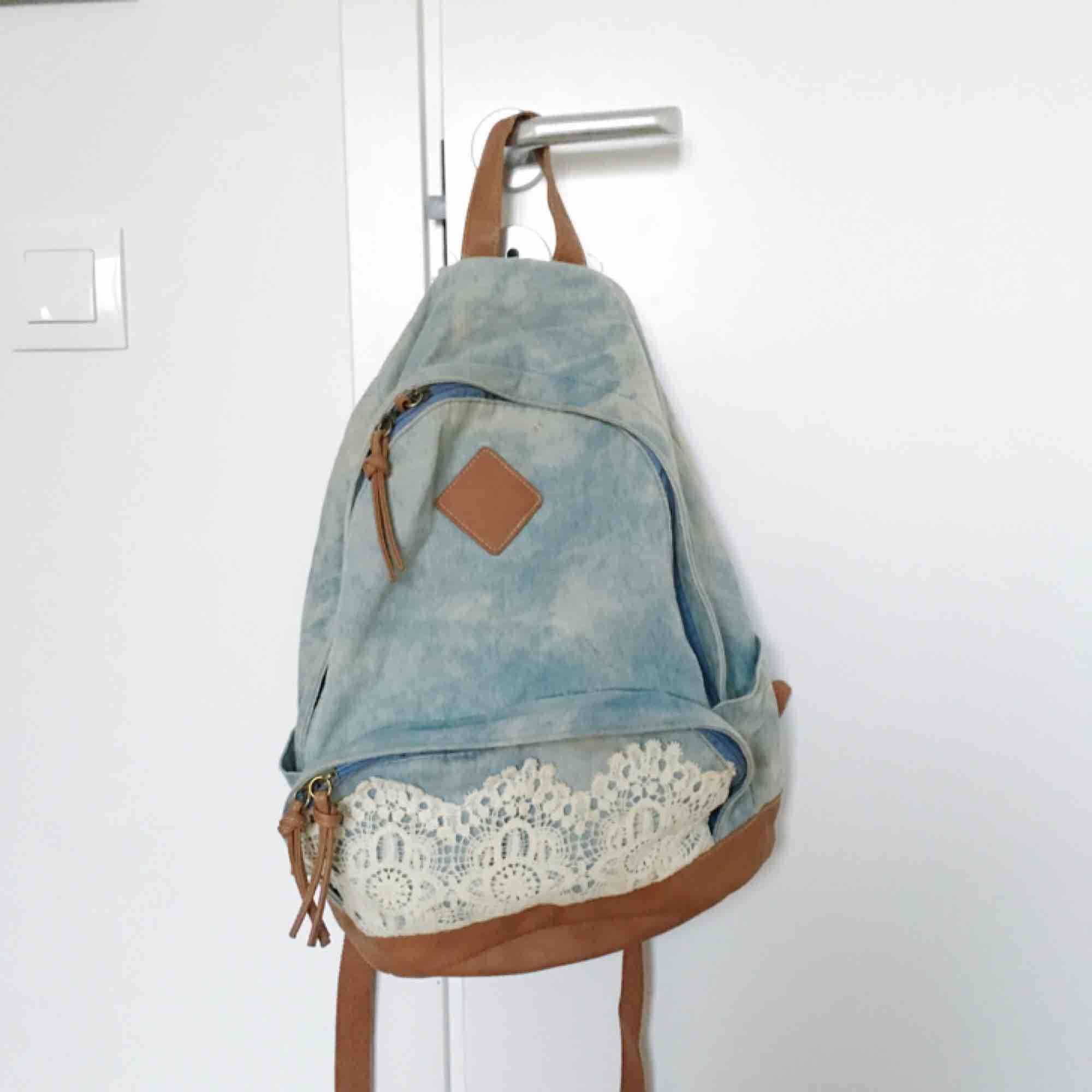 5200e1f5da4c2 In normaler Größe Ein Rucksack aus Distressed Jeansstoff