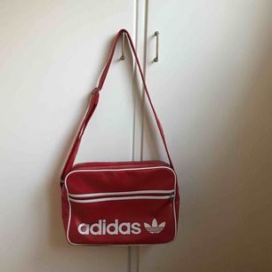 Röd Adidas väska, sparsamt använd i mycket fint skick! Nypris 499kr. Frakt ingår ej men kan mötas upp i Stockholm!