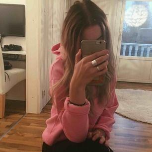 Superfin och mysig rosa hoodie, använd max 4ggr så den är i otroligt fint skick! :)