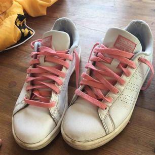 Adidas neo med rosa skosnören. Så fina! Begagnat bra skick.